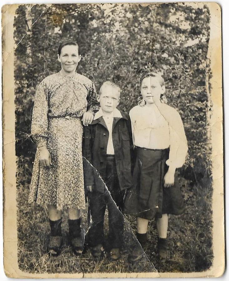 На фото Смёрдова (Перминова) Марфита Егоровна с сыном Василием Алексеевичем и дочерью Галиной.