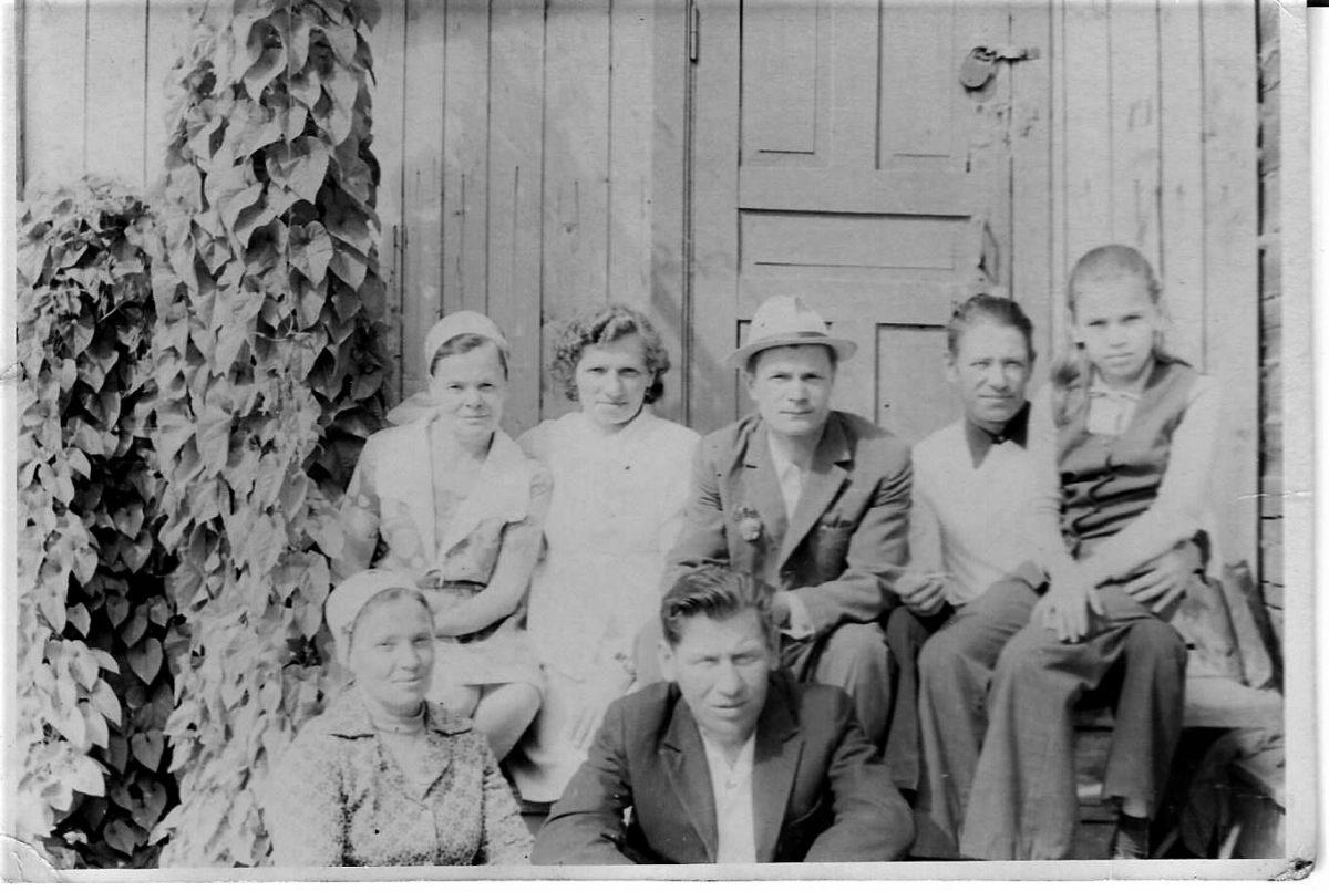 Смердовы Николай, Нина и Галина с супругами и детьми, 19172 год, Мураши. Смердовы 20 век