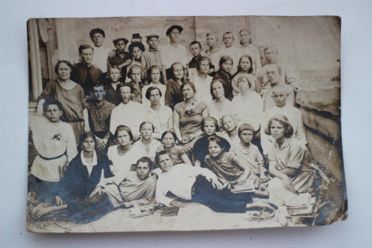 Фото сделано в городе Златоусте, на Златоустовском (Косотуровском) заводе. Есть семья Новожиловых.