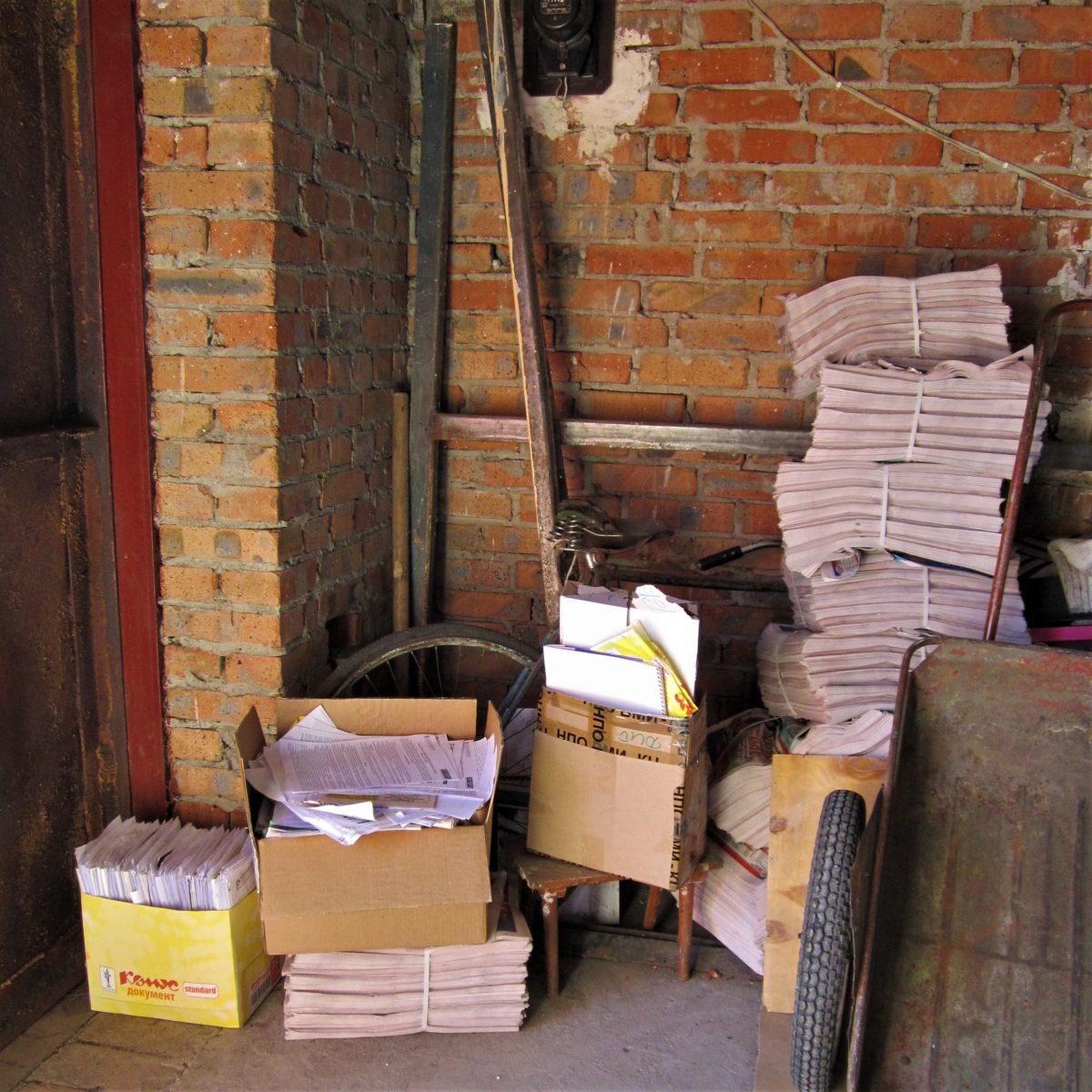"""Вредные советы в картинках: """"Можете хранить найденные документы вот так. Например, в гараже, чтобы дома место не занимали. Разве может с ними там что-то случиться?"""