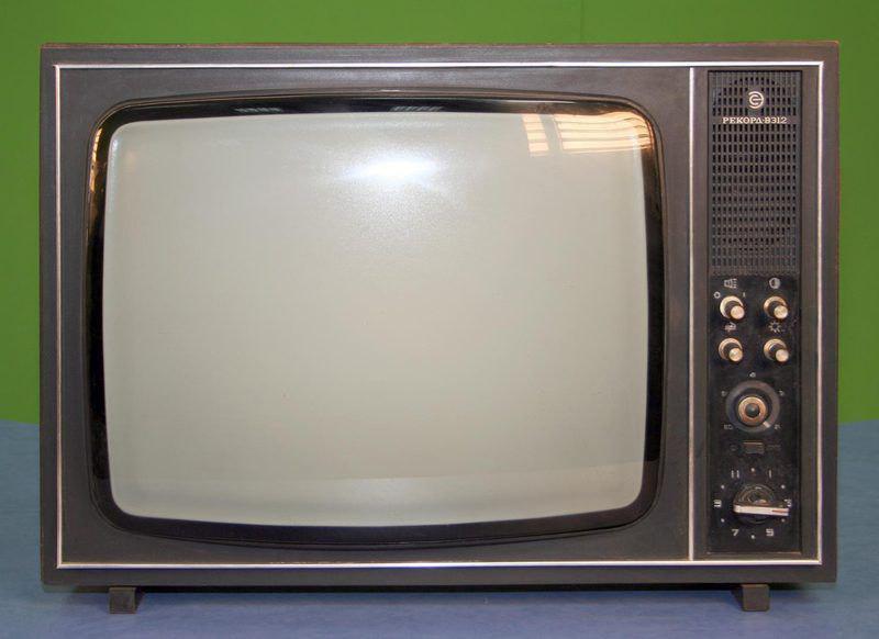 Черно-белый телевизор, который был в каждой семье в 1990-м году. Вопросы для биографии и родословной книги о технике помогут сохранить воспоминания ваших близких.