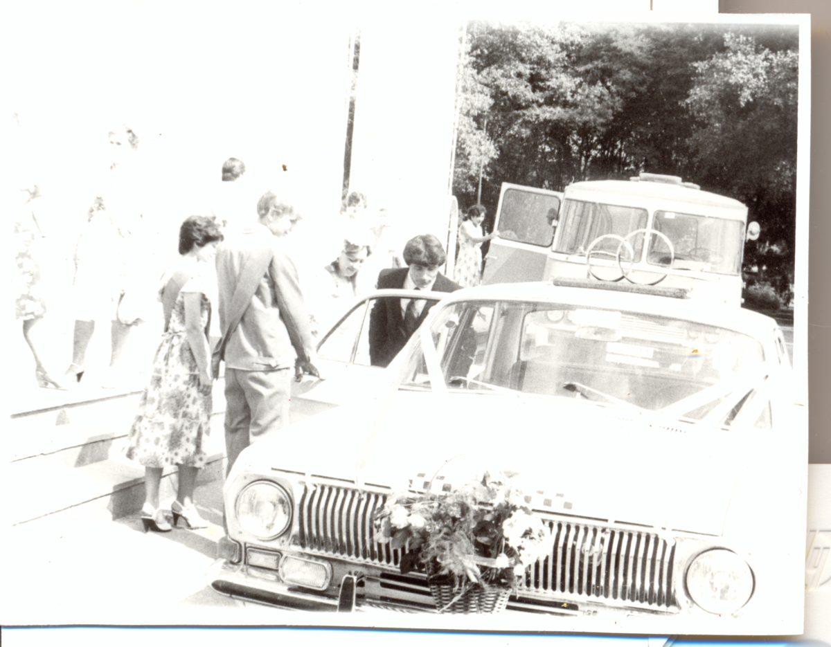 Свадебный автомобиль, 1984 год. Ответы на вопросы для биографии и родословной книги о свадьбе сохранят память об этом важном семейном событии.